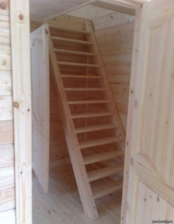 лестница на мансарду в доме.